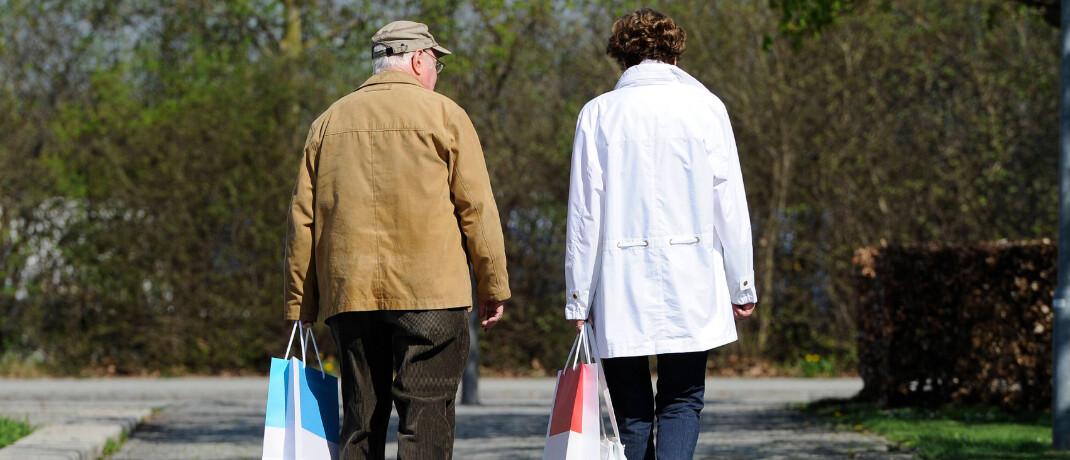 Rentner beim Einkauf: Ab dem 1. Juli steigen die Renten um bis zu 4,2 Prozent.|© imago images / Sven Simon