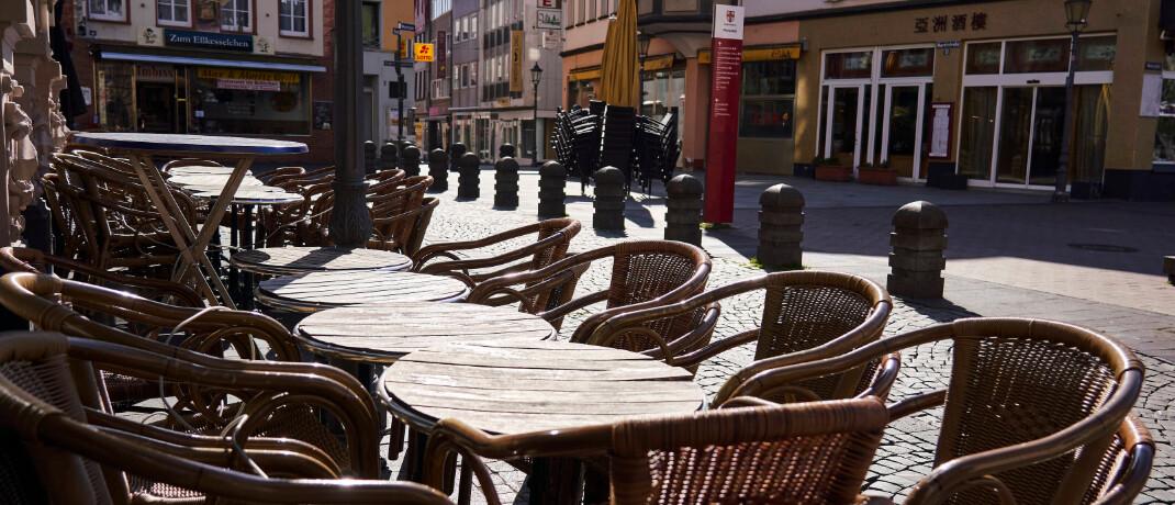 Menschenleere Straßen und Lokale in der Innenstadt von Koblenz: Eine Betriebsschließungsversicherung kann in der aktuellen Corona-Krise sehr hilfreich sein. © imago images / Sascha Ditscher