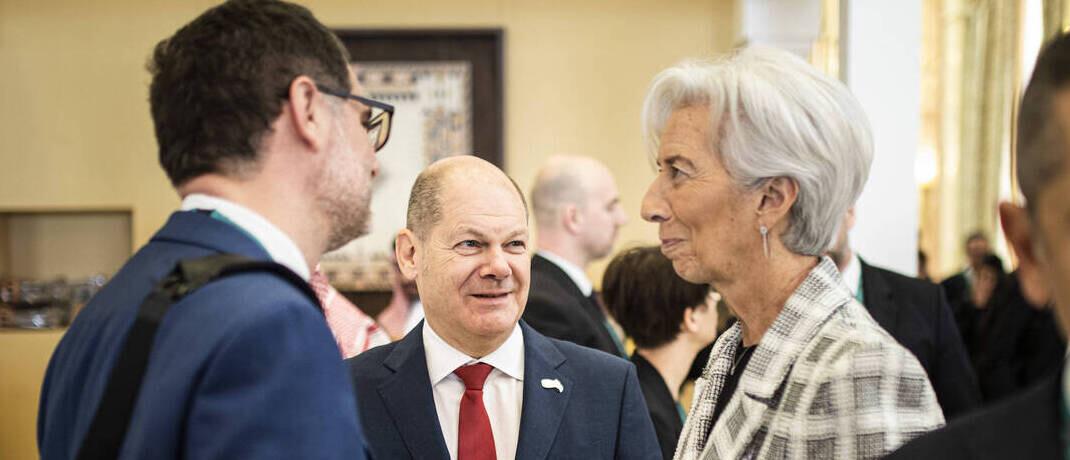 EZB-Chefin Christine Lagarde mit Finanzminister Olaf Scholz (Mitte): Nur gemeinsam können Geld- und Fiskalpolitik das Ausmaß der Corona-Krise einschränken. |© imago images / photothek