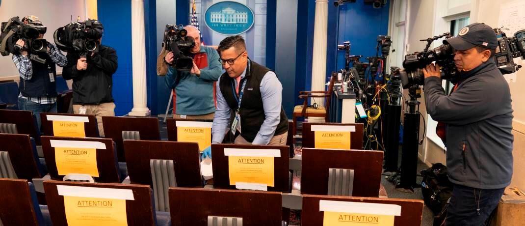 Social-Distancing-Maßnahmen im Presseraum des Weißen Hauses: Das US-Gesundheitssystem wird sehr rasch an seine Grenzen stoßen.|© imago images / MediaPunch
