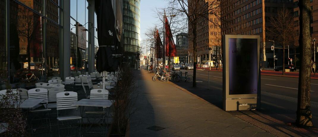 Leere Potsdamer Straße in Berlin während der Corona-Pandemie: Viele Unternehmen sind gegen behördlich angeordnete Betriebsschließungen nicht versichert.   |© imago images / STPP