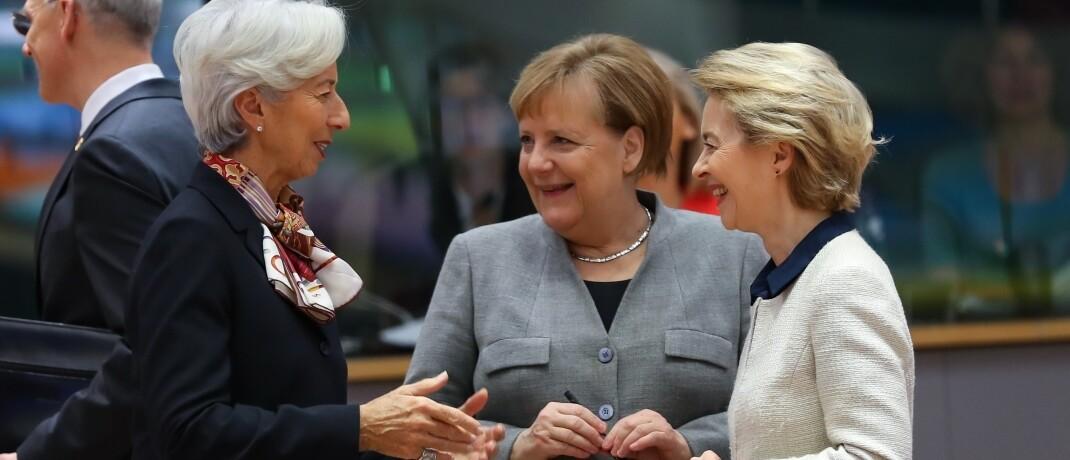 EZB-Chefin Christine Lagarde, Bundeskanzlerin Angela Merkel, EU-Kommissionspräsidentin Ursula von der Leyen (v.l.): Fiskal- und Geldpolitik müssen in enger Abstimmung gegen das Corona-Virus vorgehen.  © imago images / Xinhua