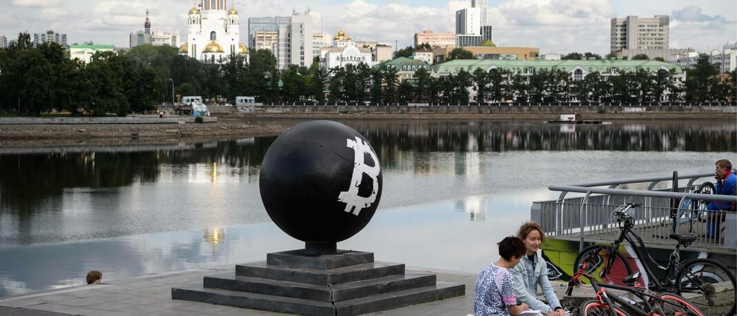 Übergroßes Symbol der bekanntesten Kryptowährung im russischen Jekaterinenburg: Da Bitcoin & Co. ein legitimierter Anlagewert sind, werden erhebliche Geldflüsse von Finanzinstituten erwartet.|© imago images / ITAR-TASS