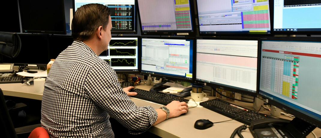 Mitarbeiter im Börsensaal in Frankfurt: Im März brachen die Aktienkurse um zweistellige Prozentbeträge ein.|© imago images / sepp spiegl