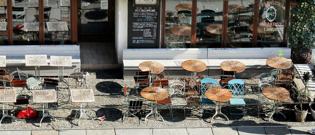 Leeres Straßencafé in Berlin: Viele Unternehmer erleben in der Krise einen massiven Geschäftseinbruch. Versicherungsvermittler können sich als Helfer empfehlen.|© imago images / Sabine Gudath