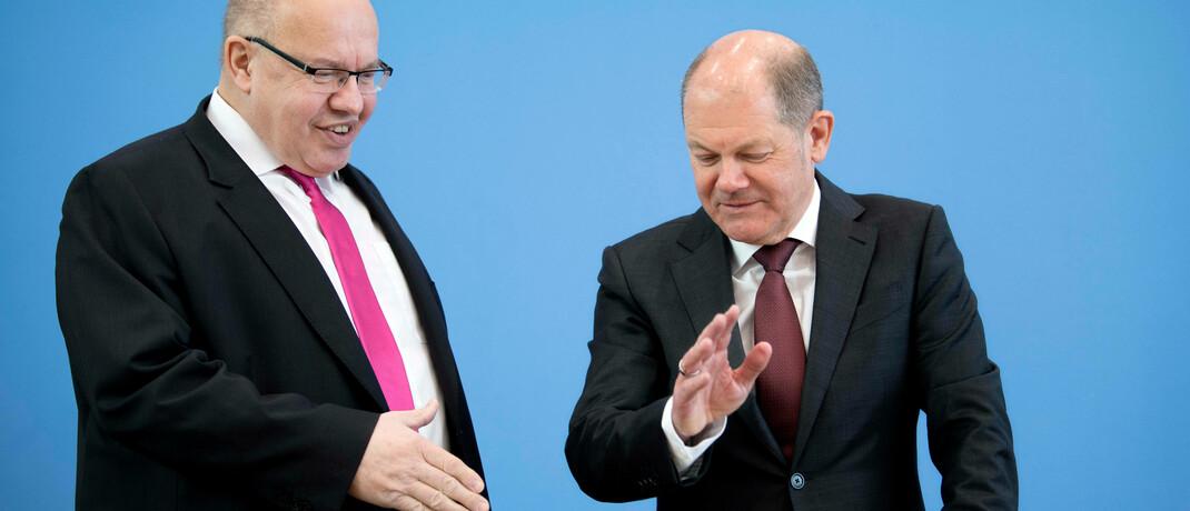 Hätten sich bei der Verkündung des Bundes-Hilfsprogramms beinahe versehentlich die Hand gegeben: Bundeswirtschaftsminister Peter Altmaier (li.) und Finanzminister Olaf Scholz.|© imago images / IPON