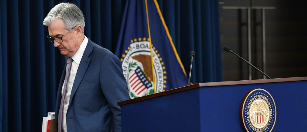 Nach Ankündigung einer weiteren Zinssenkung verlässt Fed-Chef Jerome Powell die Pressekonferenz: Die internationalen Notenbanken versuchen der Krise Herr zu werden.|© imago images / UPI Photo