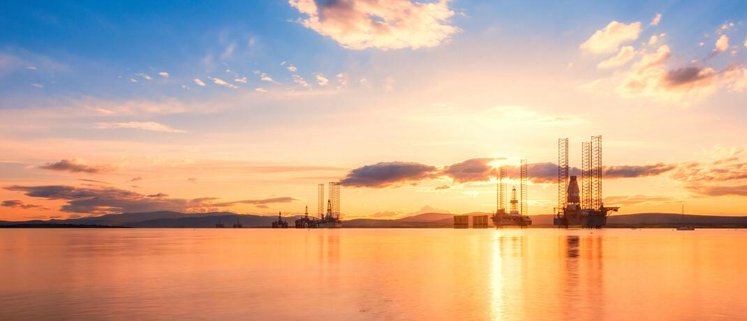 Ölplattformen bei Sonnenuntergang: Der größte Staatsfonds der Welt, der norwegische Ölfonds, hat einen Nachfolger für seinen langjährigen Vorstandschef Yngve Slyngstad auserkoren. |© imago images / Westend61