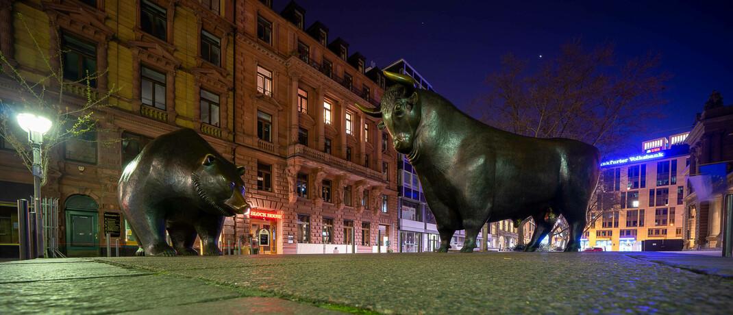 Bulle und Bär vor der Frankfurter Börse: In Krisen sollten sich Anleger auf harte Fakten konzentrieren.