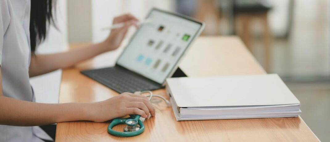 Laptop und Stethoskop: Die sogenannte Telemedizin gilt in der Gesundheitspolitik als Mittel, um die Beiträge zu den gesetzlichen und privaten Krankenversicherungen zu senken. © bongkarn thanyakij