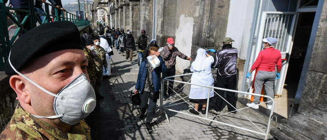 Essensausgabe in Italien: Einige EU-Mitglieder fordern gemeinsame Euro-Anleihen|© imago images / Independent Photo Agency Int.