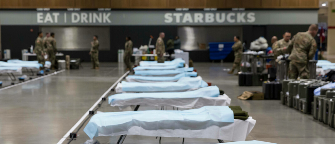 US-Soldaten haben Feldbetten in einem Veranstaltungszentrum in Seattle aufgebaut: Die Covid-19-Pandemie sorgte international für Markteinbrüche. © mago images / ZUMA Wire