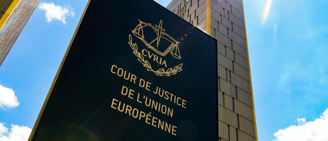 Eingangsschild des Europäischen Gerichtshofs in Luxemburg: Der EuGH hat sich Immobiliardarlehensverträge einer deutschen Sparkasse angesehen. © imago images / Patrick Scheiber