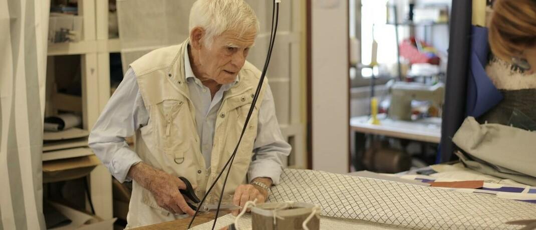 Arbeitnehmer im Rentenalter: Die von der Bundesregierung eingesetzte Rentenkommission empfiehlt in ihrem Abschlussbericht, dass das Rentenniveau ab dem Jahr 2025 zwischen 44 und 49 Prozent betragen soll. Der Beitragssatz zur gesetzlichen Rentenversicherung solle demnach zwischen 20 und 24 Prozent liegen. Zu einer neuen Altersgrenze legten sich die Experten jedoch nicht fest.