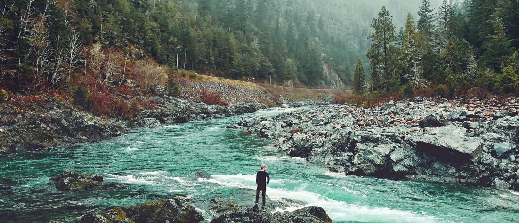 Flusslauf entlang einer kleinen Landstraße in den Bergen: Sowohl im Portfolio des AXA WF Framlington Evolving Trends als auch im AXA WF Global Factors–Sustainable Equity spielt das Thema saubere Umwelt eine wichtige Rolle © pxhere