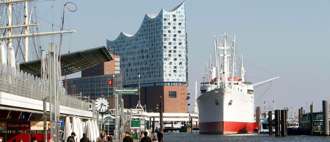 Blick von den Landungsbrücken in Hamburg: Die KVG Hamburg Asset Management baut ihre Geschäftsführung um.|© imago images / Ralph Peters