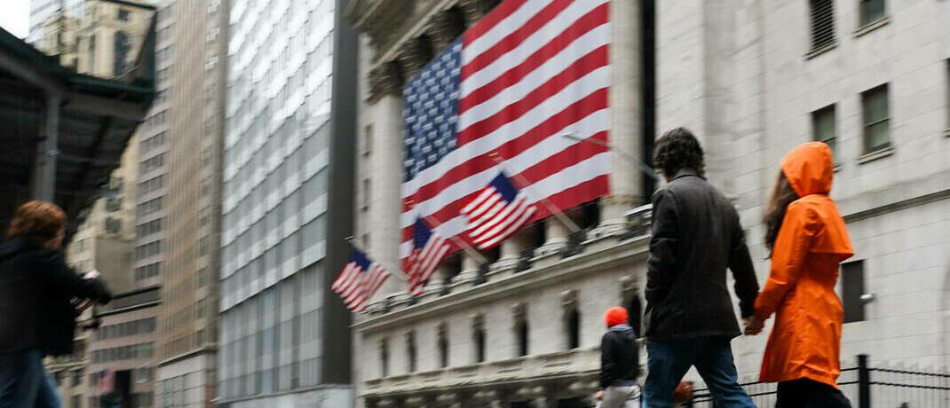 Verregneter Tag an der New Yorker Börse: Alles in allem müssen sich erst die Anleihemärkte beruhigen, bevor sich der Aktienmarkt stabilisieren kann. |© imago images / ZUMA Wire