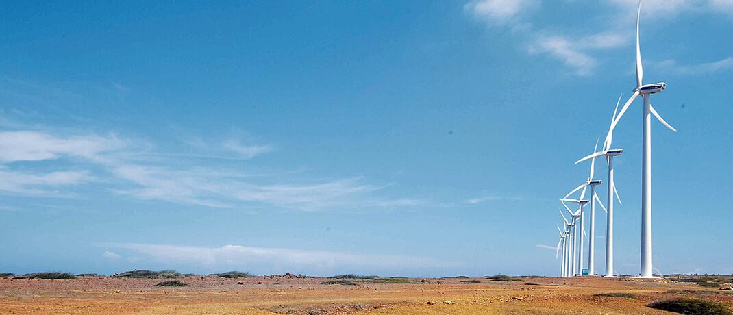 Vader Piet auf Aruba: Helvetia hat den ersten Windpark auf der niederländischen Karibikinsel im Rahmen der CO2-Kompensation unterstützt. Das Pionierprojekt brachte moderne Technologie auf die Insel und bildet Menschen für neue Berufe aus. Zudem erzeugt Vader Piet emissionsfreie Elektrizität und deckt bis zu 15 Prozent des Strombedarfs des Inselstaats|© Climatepartner.com/104