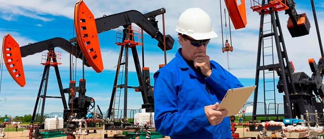 Ein Techniker kontrolliert die Fördermengen auf einem Ölfeld in Alberta, Kanada: Durch den massiven Preisverfall erwägen einige Staaten einen Produktionsstopp.|© imago images / Design Pics