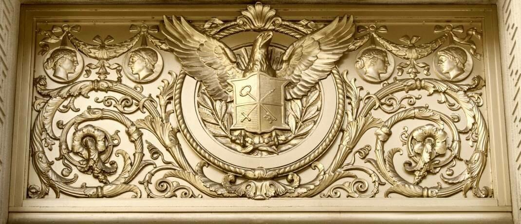 Moody's (hier ein Detail des Haupteingangs zum Unternehmenssitz in New York) erwartet im globalen Hochzinsbereich jetzt eine Default-Rate von 7 Prozent: Insgesamt sind die Bewertungen von Anleihen derzeit jedoch so chancenreich wie seit der globalen Finanzkrise nicht mehr. |© imago images / Travel-Stock-Image