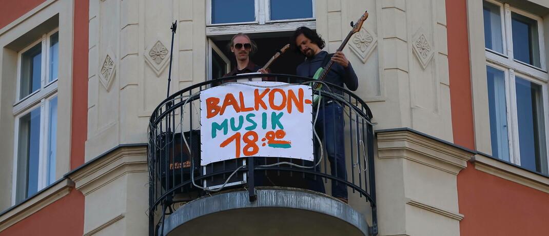 Berliner Musiker geben während der Corona-Pandemie ein Balkon-Konzert: Viele Menschen nehmen offenbar die Krise zum Anlass, Geld am Kapitalmarkt zu investieren.|© imago images / Martin Müller