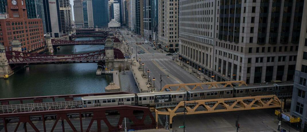 Fast eine Geisterstadt: Das öffentliche Leben ist auch in Chicago zurückgefahren, die USA geraten demnächst in eine wohl harte Rezession.|© imago images / ZUMA Wire / Zbigniew Bzdak