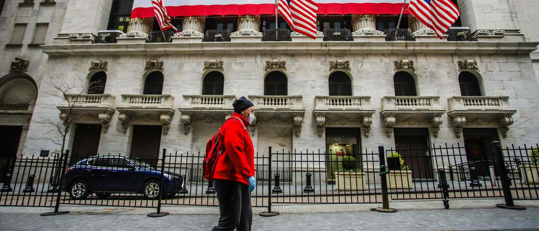 Fußgänger mit Schutzmasken vor der Wertpapierbörse in New York: Die Corona-Krise ließ die Aktienkurse einbrechen und die Volatilitäten nach ruhigen Jahren hochschnellen.
