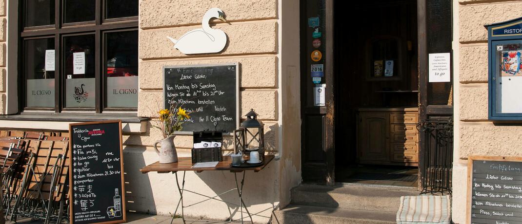Ein wegen der Corona-Pandemie geschlossenes italienisches Lokal in München: Firmen, die Kulanzleistungen von ihren Versicherern bekommen, haben trotzdem Anspruch auf Kurzarbeitergeld. © imago images / STL