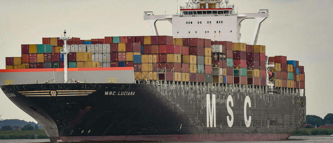 Hauptsächlich beladen mit Containern aus China fährt ein Containerschiff in den Hamburger Hafen: Experten glauben, dass es im Zuge der Corona-Pandemie zur Deglobalisierung kommen kann.|© imago images / Winfried Rothermel