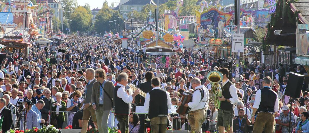 Gedränge auf dem Oktoberfest 2019: Für dieses Jahr wurde die Veranstaltung abgesagt, die meisten Wiesn-Wirte sind allerdings gegen einen Ausfall versichert. © imago images / Michael Westermann