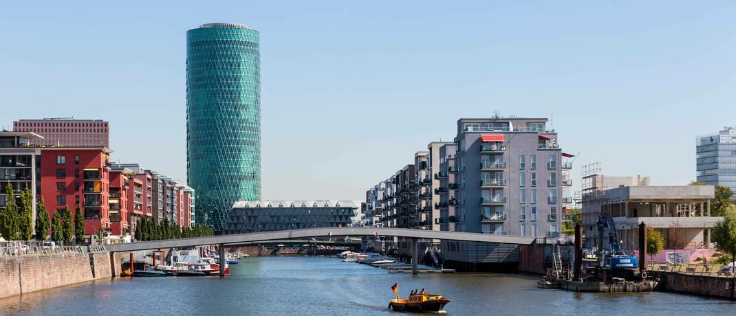 Die Versicherungsaufsicht Eiopa residiert im Frankfurter Westhafentower: Gemeinsam mit der Europäischen Banken- und der Wertpapieraufsicht hat Eiopa nun Pläne für Offenlegungsstandards für ESG-Informationen zur Konsultation gestellt.|© imago images / imagebroker