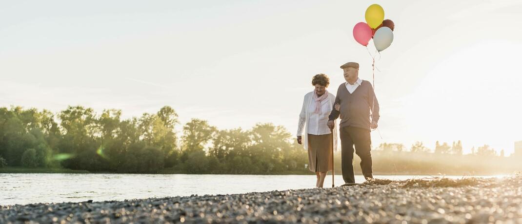 Rentner beim Spaziergang: In Deutschland steigt der Bedarf an Pflegeimmobilien. © Imago images / Westend6I