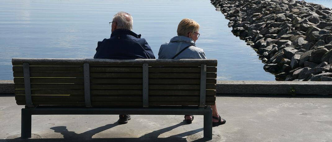 Älteres Paar auf einer Bank: Die Bafin hat Informationen zum Thema Ruhestand in einem PDF zusammengetragen.|© imago images / Dean Pictures