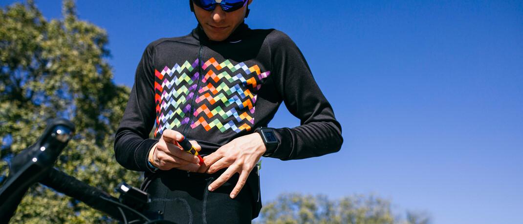 Radsportler spritzt sich Insulin (Symbolfoto): Neue Behandlungsmethoden sollen Diabetes besser beherrschbar machen.|© imago images / Westend61