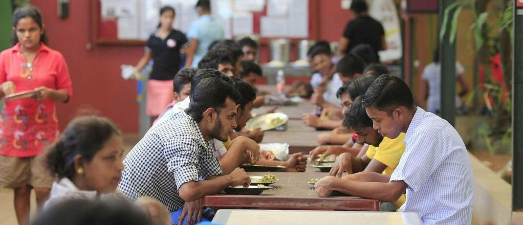 Kostenfreies Mittagessen ist Bestandteil des Lohnes in einer Textilfabrik in Colombo, Sri Lanka: Die Berücksichtigung von Nachhaltigkeitstrends zahlt sich in der Kapitalanlage aus.|© imago images / photothek