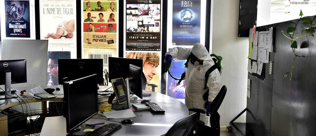 Desinfizierung eines Büros in Italien: Die Wirtschaft ist von normalen Zuständen noch weit entfernt|© imago images / Independent Photo Agency Int.