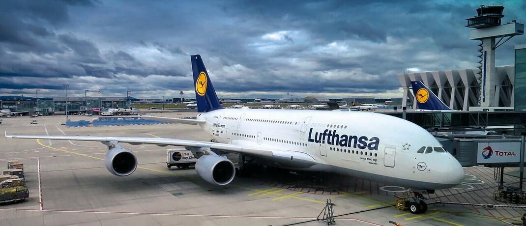 Flugzeug der Lufthansa am Boden: Die Aktien und Anleihen der von der Corona-Krise stark getroffenen Kranichlinie könnten von staatlichen Hilfen profitieren.
