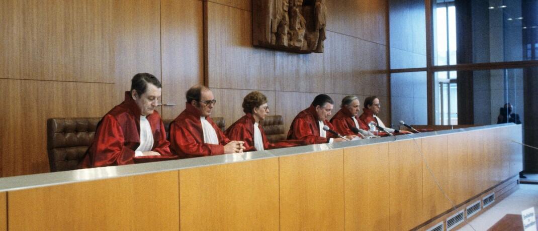 Sitzung des Bundesverfassungsgerichts: Die Karlsruher Richter haben das Anleihenkaufprogramm, mit dem die EZB Konjunktur und Inflation im Euroraum ankurbeln will, in Teilen als nicht mit der deutschen Verfassung vereinbar beurteilt. |© imago images / sepp spiegl
