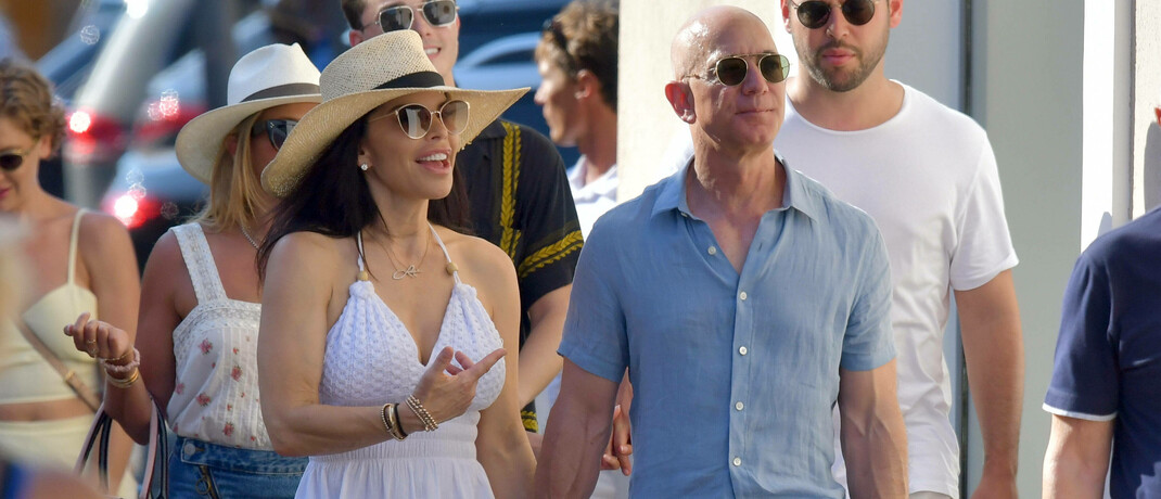 Jeff Bezos mit Freundin in St. Tropez (August 2019): Der Amazon-Gründer will einen Teil seines Vermögens von 140 Milliarden US-Dollar für das Klima spenden.|© imago images / ELIOTPRESS.ONLINE