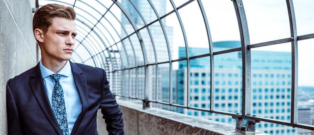 Junger Mann im Anzug: Das OLG Oldenburg hat sich mit einem vorweggenommenen Erbe beschäftigt