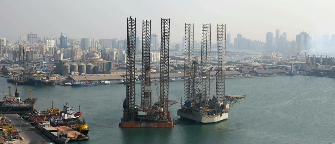 Ölbohrplattformen in Dubai: Privatanleger sollten von Ölpreisspekulationen besser die Finger lassen, findet Gottfried Urban von Urban & Kollegen.|© imago images / Greatstock