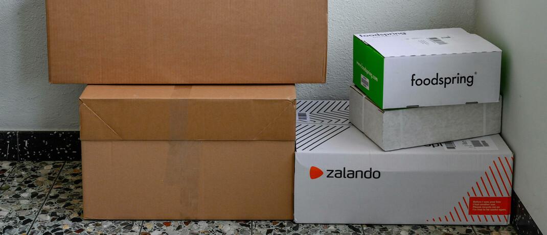 Pakete in einem Treppenhaus: In der Corona-Krise legte der Versanhandel zu - allerdings nur bei Produkten, die auch im stationären Handel stark nachgefragt sind. Online-Händler wie der Bekleidungsversand Zalando verzeichneten Einbrüche.