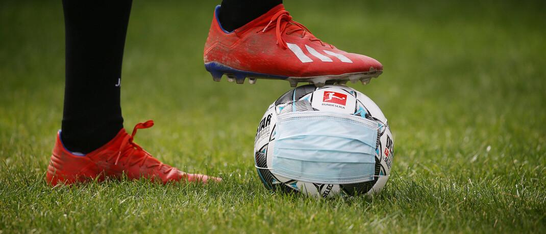 Der Fußball soll bald wieder rollen: Experten warnen davor, gesellschaftliche Lockerungen wieder zurückzunehmen|© imago images / Pressefoto Baumann