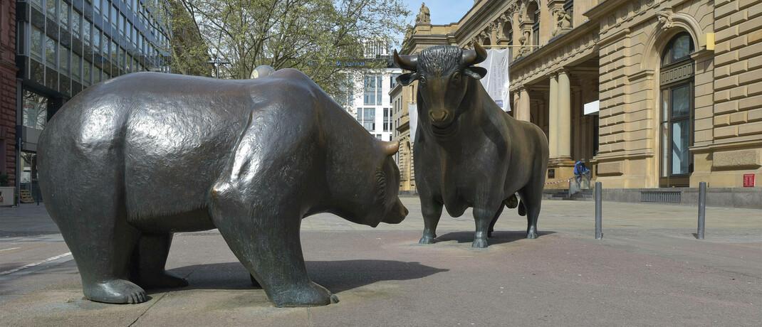Symbolskulpturen Bulle und Bär vor der Frankfurter Börse: Auch die europäische Fondsindustrie bekam die Corona-Krise deutlich zu spüren.