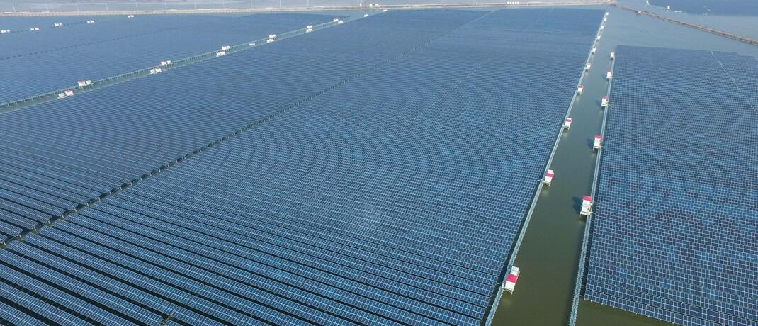 Solaranlage im chinesischen Cixi (Symbolbild): Auf dem Weg zu einer kohlenstofffreien Wirtschaft führt an Solarenergie kein Weg vorbei. Der neue Blackrock-Fonds soll darauf reagieren. © imago images / Xinhua / Xu Yu