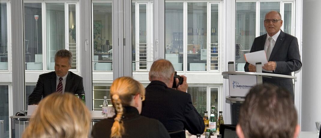 Pressekonferenz zu einem früheren Jahresbericht: Der amtierende Versicherungsombudsmann Wilhelm Schluckebier hat jetzt seine Daten für 2019 vorgestellt.