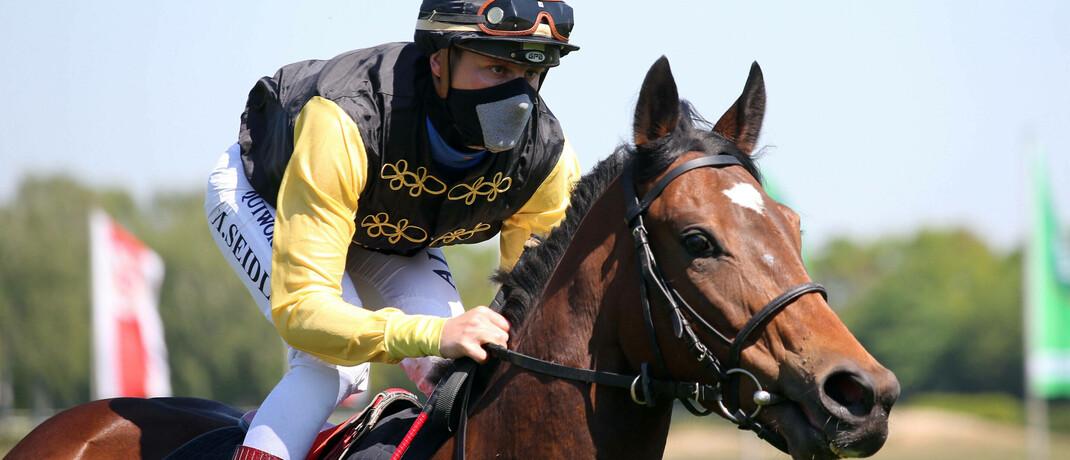 Jockey mit Mundschutz auf der Galopprennbahn Langenhagen.|© Imago Images