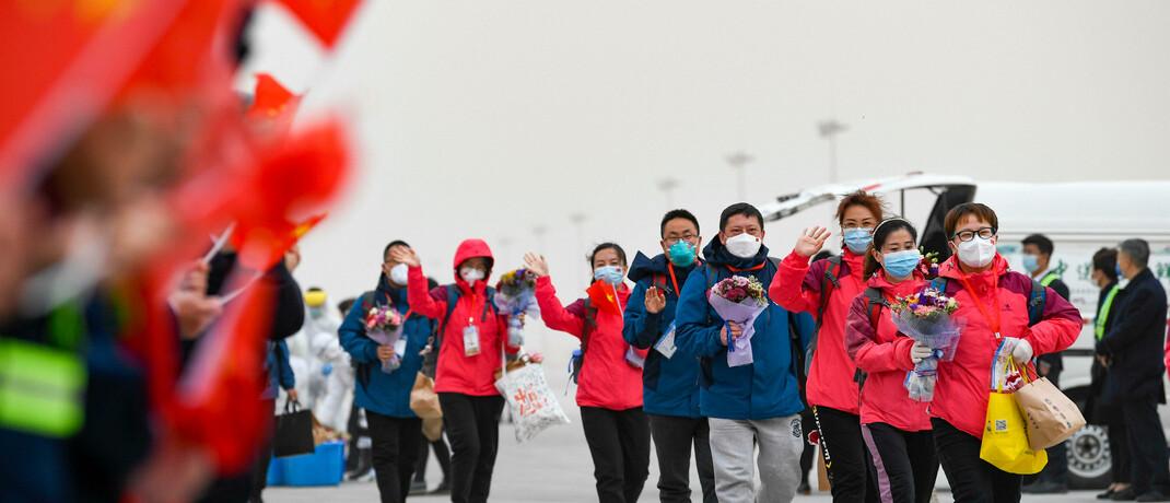 Medizinisches Personal kehrt vom Einsatz in Wuhan in den Nordwesten Chinas zurück: Im Land des Ausbruchs der Pandemie zieht langsam wieder Normalität ein. |© imago images / Xinhua