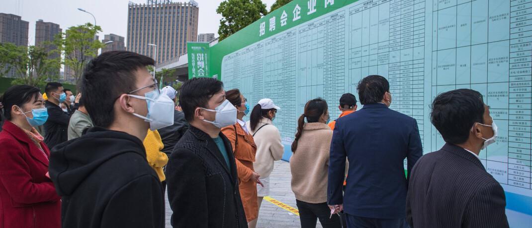 Analoger Jobmarkt in Wuhan/China: Die Region in der Mitte des Landes war Ausbruchsort des Corona-Virus. Hier gab es bereits im Januar einen Shutdown. Nach ersten Lockerungen nimmt das Leben in Wuhan seit April wieder an Fahrt auf, inklusive der Suche nach Arbeitsplätzen|© imago images / Xinhua
