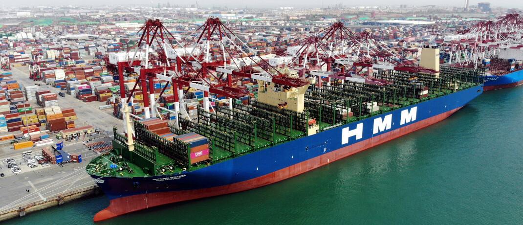 Containerschiff im Hafen von Qingdao, China: Das Land hat viele Corona-Bestimmungen inzwischen wieder gelockert. Bleibt das so?